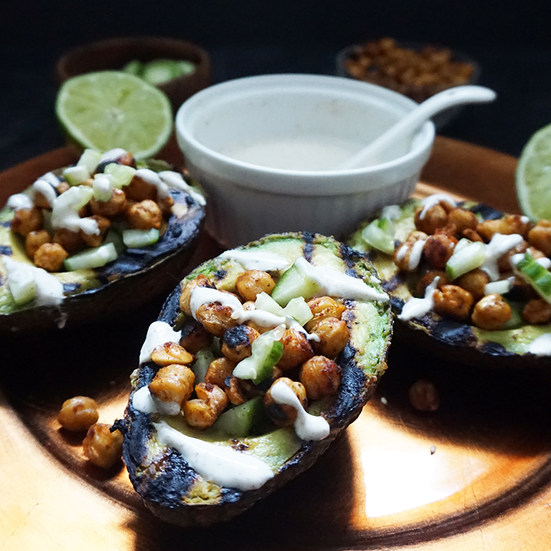 Grilled avocados with spiced chickpeas from @bijouxandbits #avocado #chickpeas