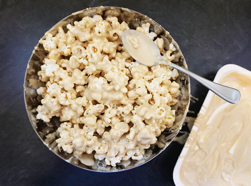 Cookie butter popcorn recipe from @bijouxandbits