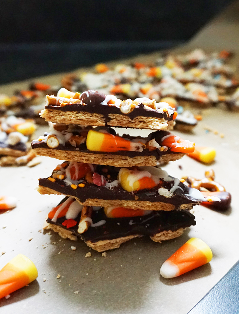 Halloween candy bark on @bijouxandbits