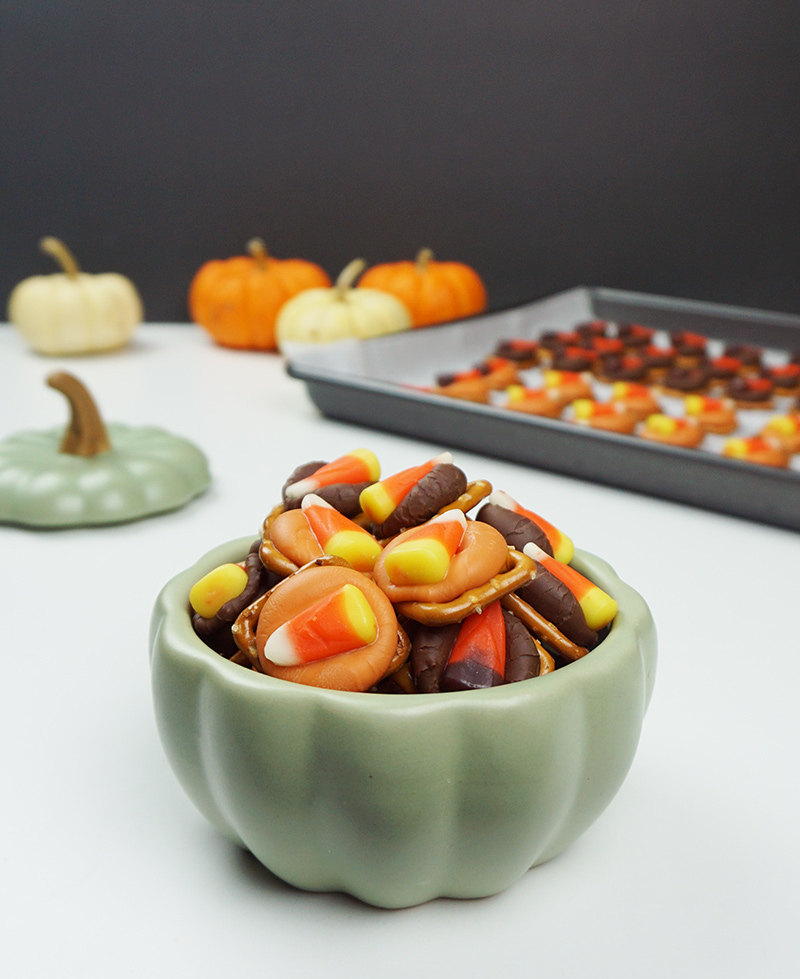 Halloween pretzel kisses from @bijouxandbits