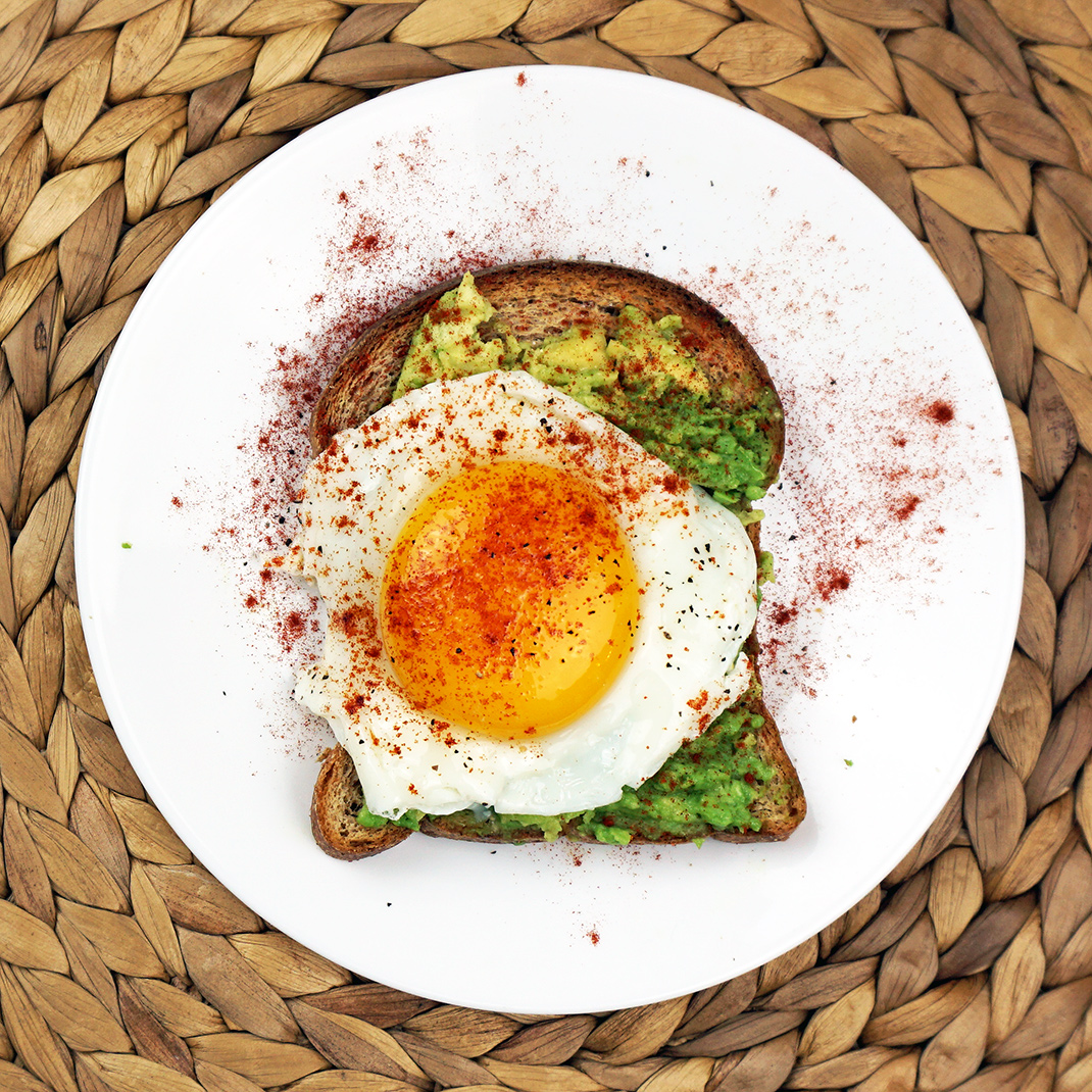 Egg paprika avocado toast from @bijouxandbits