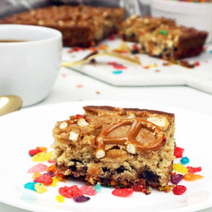 Pretzel blondies with Fruity Pebbles crust from @bijouxandbits