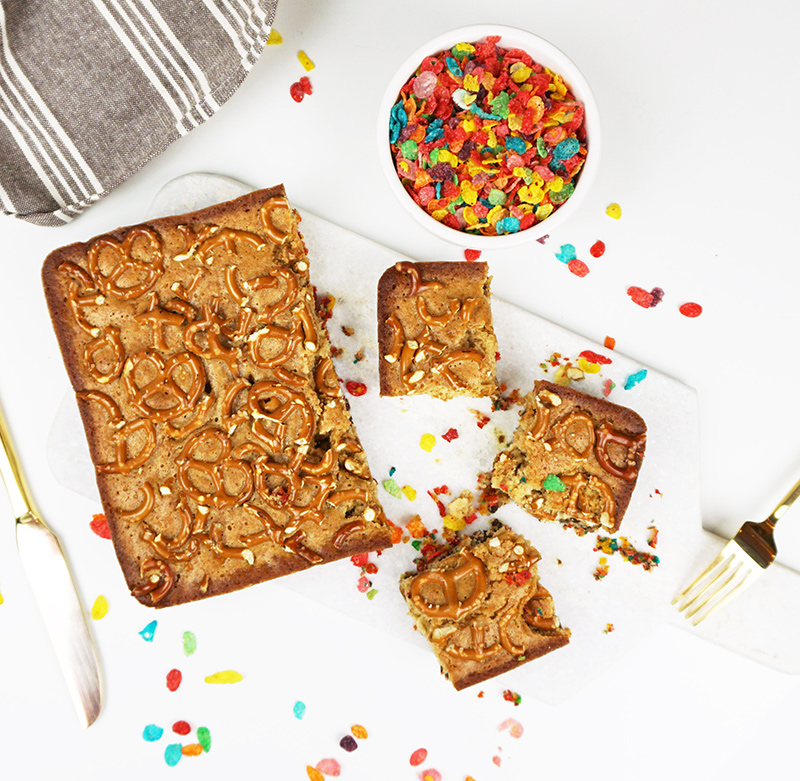 Blondies with Fruity Pebbles crust from @bijouxandbits