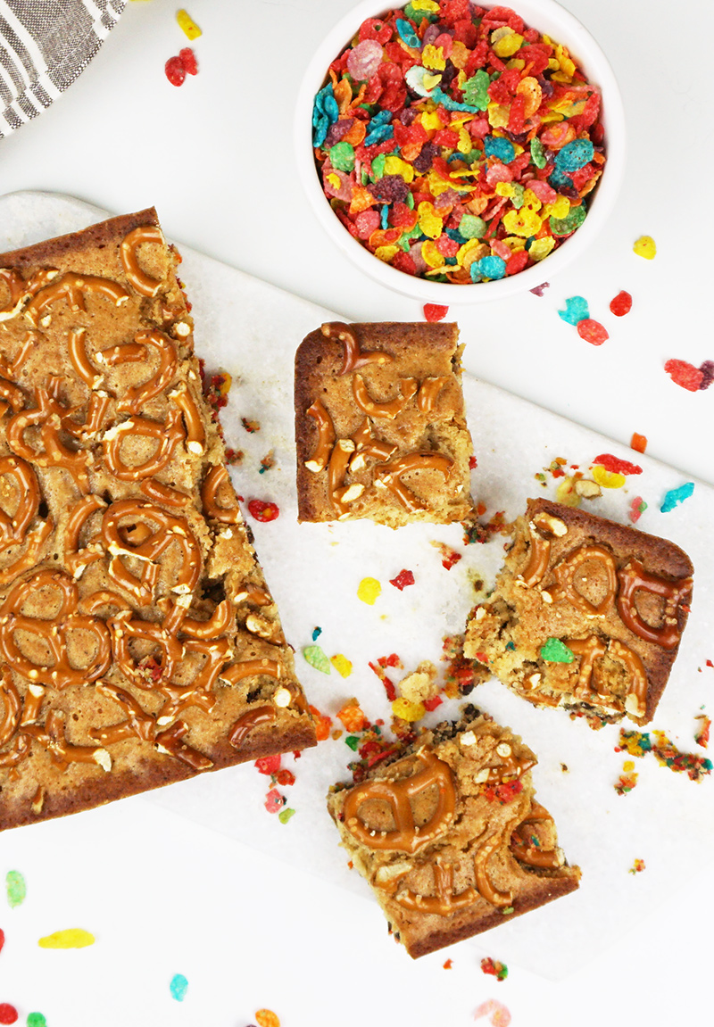 Chocolate chip blondies with Fruity Pebbles crust from @bijouxandbits