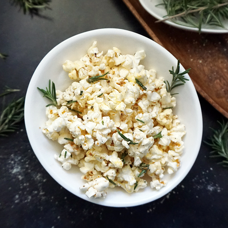 Rosemary Parmesan popcorn recipe from @bijouxandbits #oscarparty #superbowlsnacks