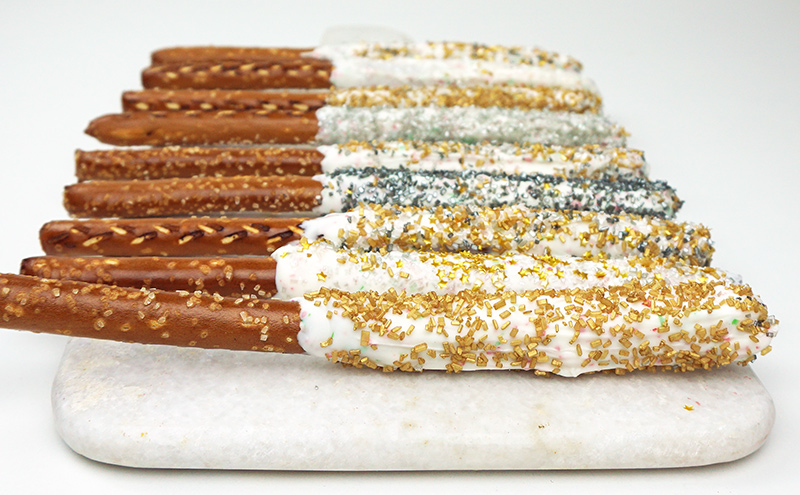 Glittery chocolate-covered pretzels for your Oscar party from @bijouxandbits #oscarparty #oscars