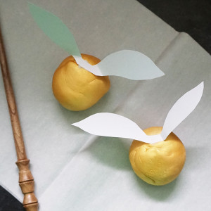 Edible golden snitches from @bijouxandbits #harrypotter #snitch