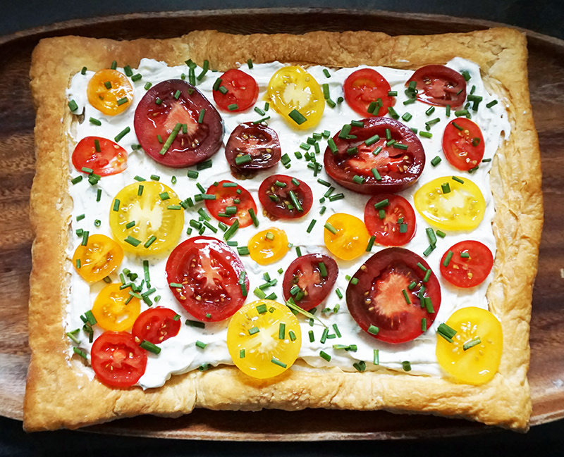 Herbed heirloom tomato tart from @bijouxandbits #heirloom #tomatoes
