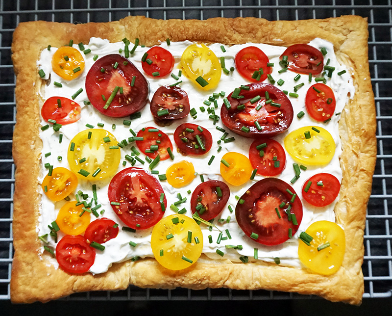 Herbed heirloom tomato tart from @bijouxandbits #heirloom #tomatoes