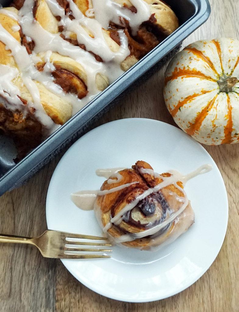 Pumpkin cinnamon roll pull-apart bread from @bijouxandbits