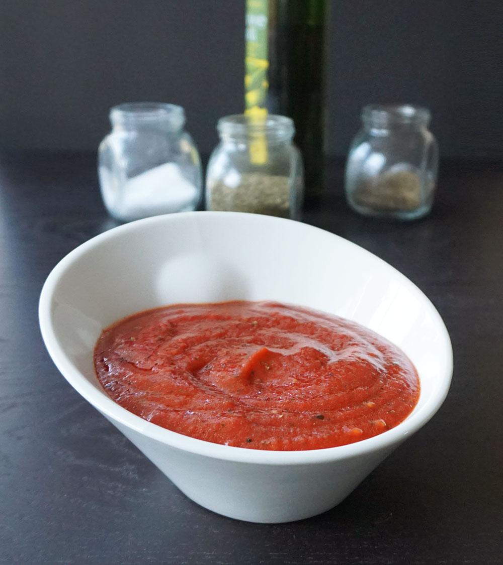 Easy homemade pizza sauce from @bijouxandbits