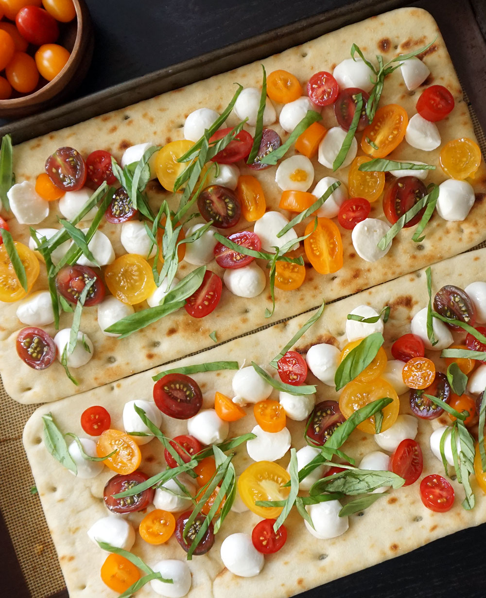 Caprese flatbread recipe from @bijouxandbits