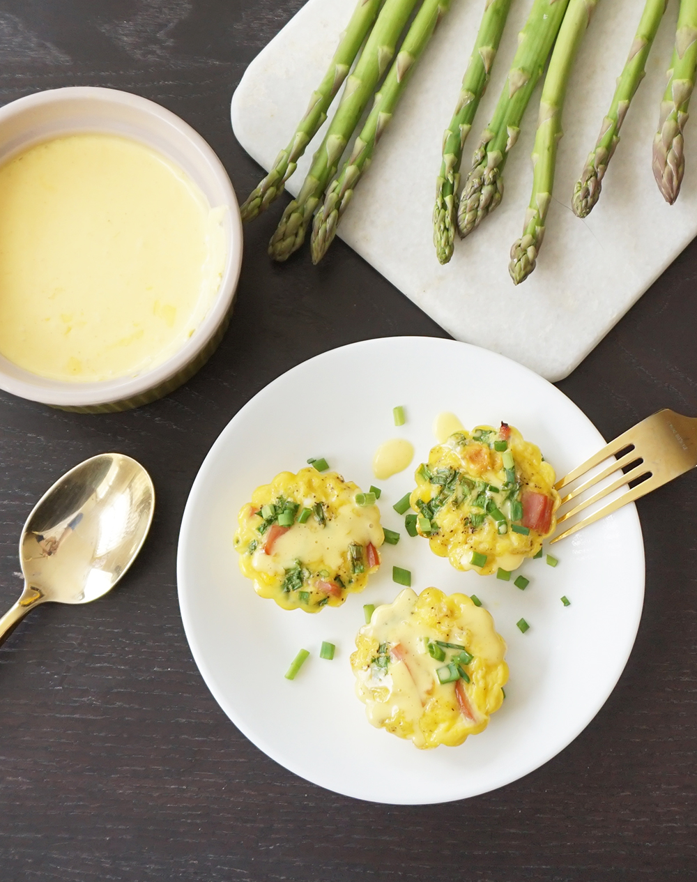 Eggs benedict cups with easy hollandaise sauce